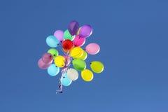 飞行在蓝天的多彩多姿的气球 库存图片