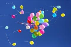 飞行在蓝天的许多多彩多姿的气球 图库摄影