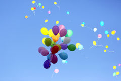 飞行在蓝天的许多多彩多姿的气球 库存照片