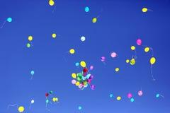 飞行在蓝天的许多多彩多姿的气球 免版税图库摄影