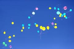 飞行在蓝天的许多多彩多姿的气球 库存图片
