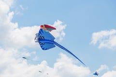 飞行在蓝天的风筝 免版税库存图片