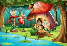 飞行在蘑菇房子附近的神仙 免版税库存照片
