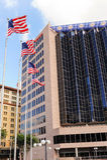 飞行在街市圣安东尼奥,得克萨斯的旗子 免版税库存图片
