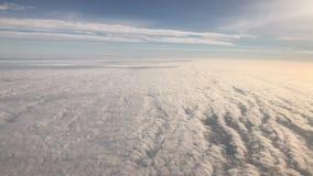 飞行在触毛和积云, 4K录影 股票录像