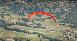 飞行在谷的几个对滑翔伞 库存照片