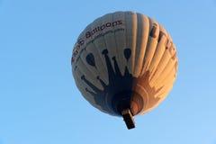 飞行在谷的热空气气球 cappadocia 火鸡 库存照片