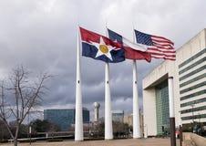飞行在达拉斯城霍尔,市政府位子前面的旗子  库存照片