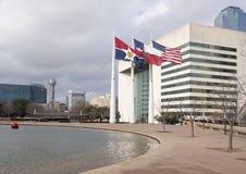 飞行在达拉斯城霍尔,市政府位子前面的旗子  免版税图库摄影