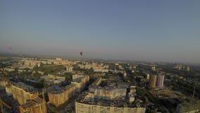 飞行在镇的气球 夏天横向 股票视频