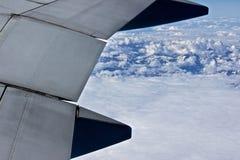 飞行在雪山上 免版税库存照片
