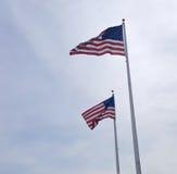 飞行在风的两面美国国旗 免版税库存图片