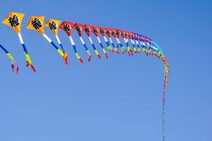 飞行在风筝节日的蓝天的各种各样的风筝 库存照片