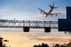 飞行在首都的标志杆的飞机 免版税库存图片