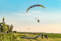 飞行在马达滑翔机 起飞和登岸地点 航空学` Belogorie ` Nebosvod节日  库存照片