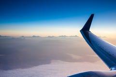 飞行在高加索山脉 免版税库存图片
