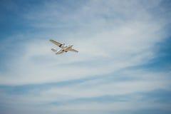 飞行在高度 飞机和明亮的天空 库存图片