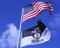 飞行在巴克莱前面的布鲁克林网和美国国旗集中 图库摄影