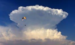 飞行在`大波浪`云彩附近 免版税库存照片