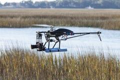 飞行在水的寄生虫直升机 免版税库存图片