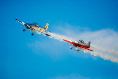 飞行在紧的形成的两架特技飞机 库存照片