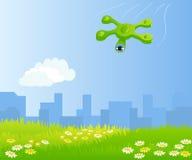 飞行在绿色领域的滑稽的quadrocopter 免版税库存图片
