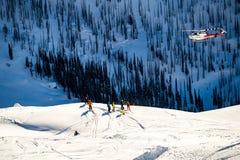 飞行在滑雪者的直升机 免版税库存图片