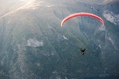 飞行在Aurlandfjord,挪威的滑翔伞 免版税图库摄影