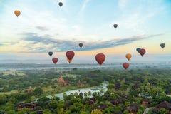 飞行在Bagan,缅甸的热空气轻快优雅 图库摄影