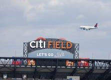 飞行在Citi领域,棒球协会队的家的达美航空喷气机纽约大都会 免版税图库摄影