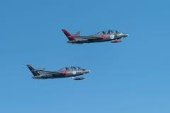 飞行在Kaivopuisto飞行表演的两架银色Fouga Magister喷气机 库存图片