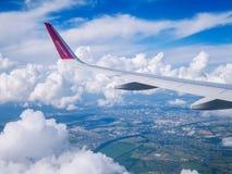 飞行多特蒙德基辅 2018年7月 从飞机窗口的看法:'在多云天空的wizzair'飞机翼  免版税图库摄影