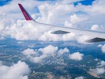 飞行多特蒙德基辅 2018年7月 飞行多特蒙德基辅 Juliy 2018年 从飞机窗口的看法:'在多云天空的wizzair'飞机翼  库存照片