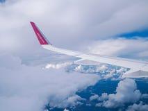 飞行多特蒙德基辅 Juliy 2018年 从飞机窗口的看法:'wizzair'翼  库存照片