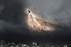 飞行天使的女孩高 免版税图库摄影
