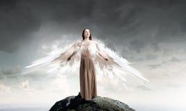 飞行天使的女孩高 免版税库存照片