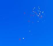 飞行天空的气球 免版税库存照片