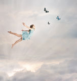 飞行女孩一点微明 图库摄影