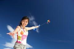 飞行少年女孩的风筝 图库摄影
