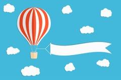 飞行广告横幅 有垂直的横幅的热空气气球在蓝天背景 免版税图库摄影