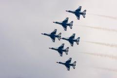 飞行形成雷鸟美国空军 免版税图库摄影