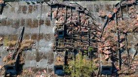 飞行慢慢地沿被放弃的工厂厂房,鸟瞰图,屋顶的植物老被破坏的屋顶  股票视频