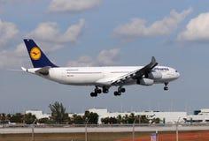 飞行拖拉长的汉莎航空公司 库存照片