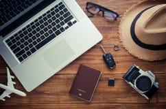 飞行旅行和辅助部件的在木地板上准备好旅行 免版税库存照片