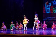 飞行曲调和和谐北京舞蹈学院分级的测试卓著的儿童` s跳舞教的成就陈列江西 库存图片