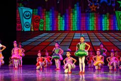 飞行曲调和和谐北京舞蹈学院分级的测试卓著的儿童` s跳舞教的成就陈列江西 免版税库存照片