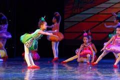 飞行曲调和和谐北京舞蹈学院分级的测试卓著的儿童` s跳舞教的成就陈列江西 库存照片