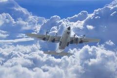飞行有C的130运输机器 库存图片