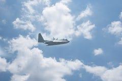 飞行有C的130运输机器 免版税库存图片