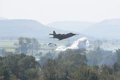 飞行有C的130运输机器 免版税库存照片
